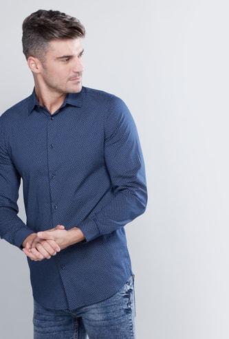 قميص بزر سفلي وأكمام طويلة بطبعات