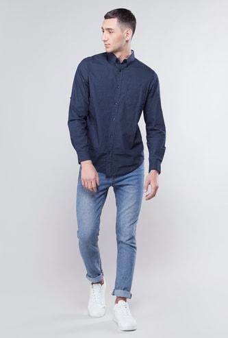 قميص بأكمام طويلة وجيب خارجي وطبعات