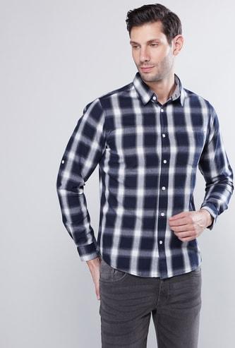 قميص كاروهات بأكمام طويلة وجيب خارجي