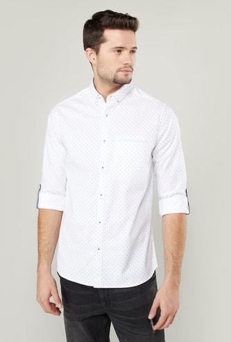 قميص منقّط بأكمام طويلة