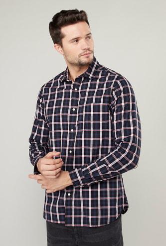 قميص كاروهات بأكمام طويلة وجيوب ووصلة أزرار