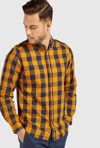 قميص كاروهات بقصّة سليم وياقة عاديّة وأكمام طويلة