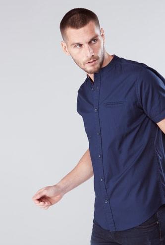 قميص بياقة وأكمام قصيرة ووصلة أزرار كاملة