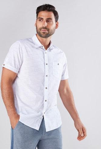 قميص مقلّم بأكمام قصيرة وأزرار