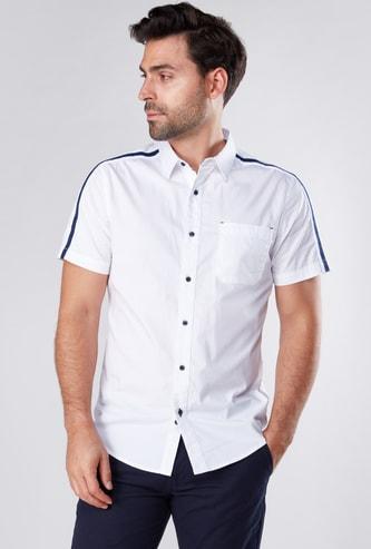 قميص بأكمام قصيرة