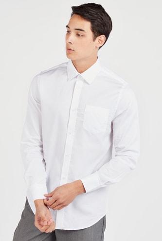 قميص سادة بقصّة سليم وياقة عاديّة وأكمام طويلة