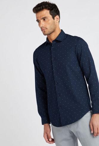 قميص رسمي بياقة عادية وأكمام طويلة وطبعات منقطة تزينه بالكامل