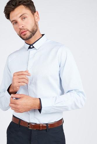 قميص رسمي بارز الملمس بقصّة سليم وياقة عاديّة وأكمام طويلة