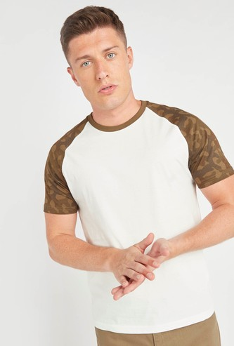 Round Neck T-shirt with Camo Print Raglan Sleeves