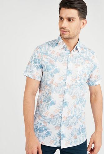 قميص بياقة عاديّة وأكمام قصيرة وطبعات تروبيكال