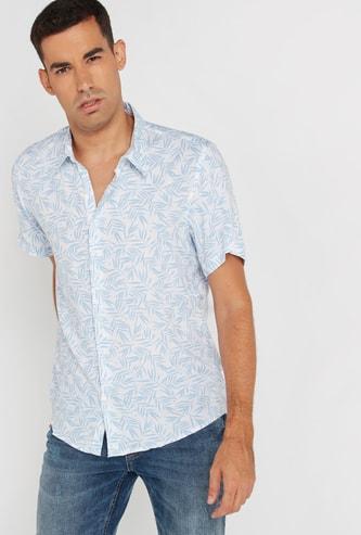 قميص سليم وياقة عادية وأكمام قصيرة وطبعات