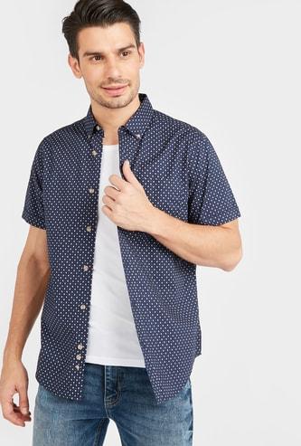 قميص بياقة عادية وأكمام قصيرة وطبعات على كل جوانبه