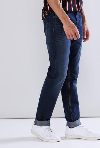 بنطال جينز طويل بقصّة سليم وجيوب