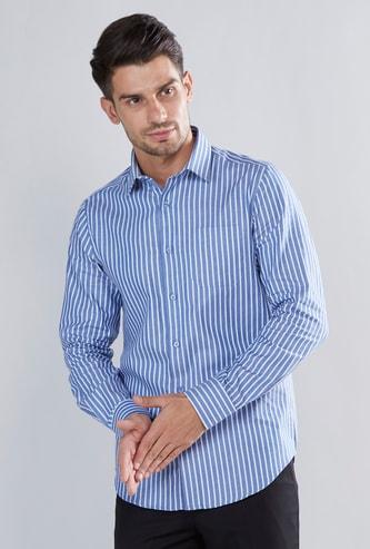 قميص مخطط بأكمام طويلة وحوّاف منحنية