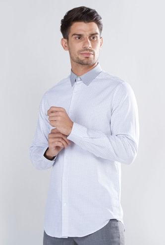 قميص بارز الملمس بقصّة سليم وأكمام طويلة وحواف منحنية