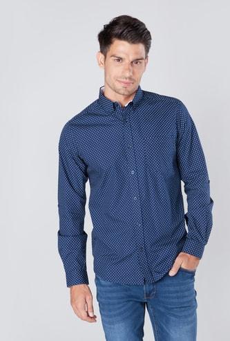 قميص بطبعات منقطة وجيب خارجيّ مع أكمام ملفوفة