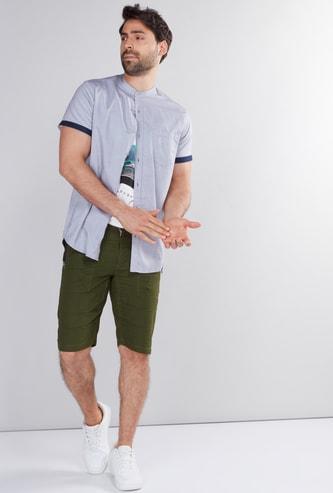 قميص بياقة ماندارين وأكمام قصيرة وأزرار