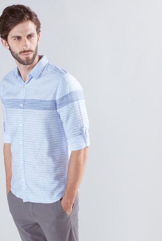 قميص مقلّم بأكمام طويلة وأزرار
