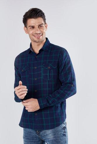 قميص كاروهات بأكمام طويلة وجيوب بطيّة وازرار