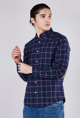 قميص كاروهات بياقة عاديّة وأكمام طويلة ورقعات على الكوعين