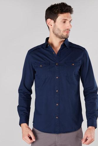 قميص بأزرار وأكمام طويلة مع تفاصيل جيوب وطبعات