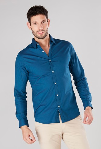قميص سادة بأكمام طويلة ورقعة على المرفق وأزرار