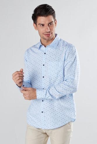 قميص بأكمام طويلة وجيب على الصدر وطبعات