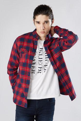 قميص كاروهات بقصّة سليم مع ياقة عادية بزر وأكمام مثنية إلى الأعلى
