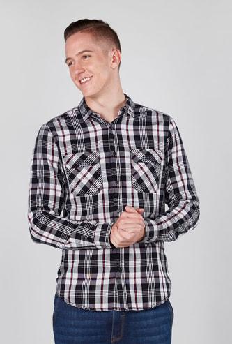 قميص كاروهات بياقة عادية وأكمام طويلة وجيوب بطيّة