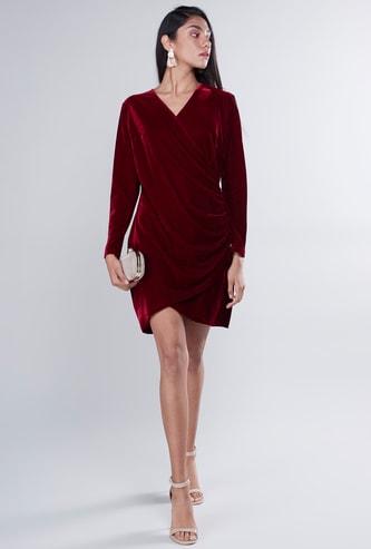 فستان مخملي بكسرات متوسط الطول بارز الملمس بأكمام طويلة وياقة V