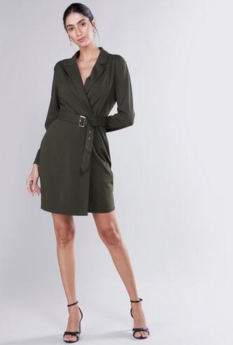 فستان ملفوف واسع متوسط الطول بأكمام طويلة بتفاصيل حزام