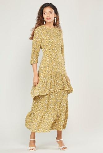 فستان طويل بياقة مستديرة وأكمام 3/4 وشرّابات وطبعات زهرية