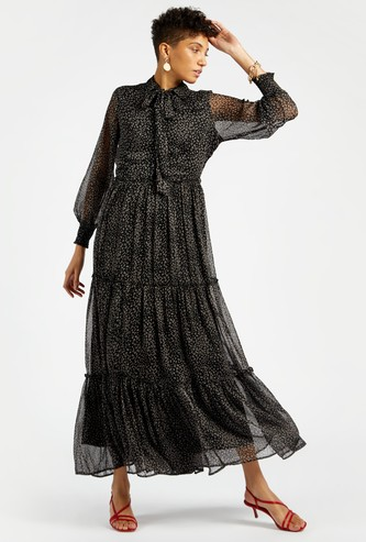 فستان طويل بطبقات و أكمام طويلة وطبعات وربطة عنق