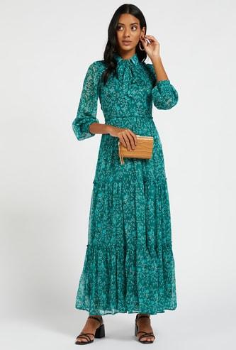 فستان طويل بطبقات وأكمام طويلة وطبعات وربطة عنق