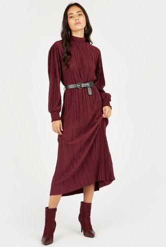 فستان ميدي واسع بارز الملمس بأكمام طويلة وياقة عالية