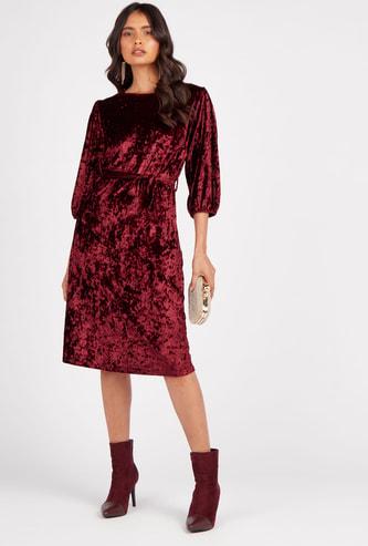 فستان ميدي واسع مخملي بياقة مستديرة وأكمام 3/4 وحزام على الخصر