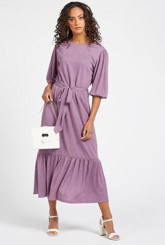 فستان متدرج متوسط الطول بطبعات وأكمام واسعة وحزام