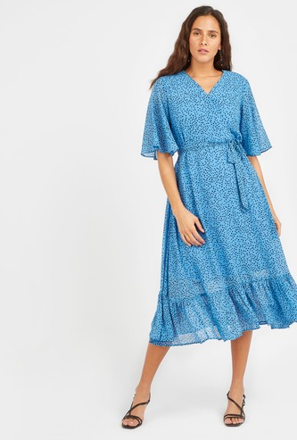 فستان ميدي بطبعات و بياقة V وأكمام بطول المرفق