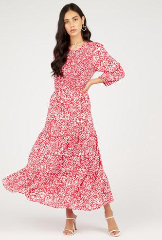 فستان متعدّد الطبقات طويل بطبعات أزهار وأكمام طويلة وياقة مستديرة