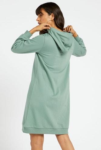 فستان كنزة بطول الركبة وأكمام طويلة وغطاء للرأس وطبعات جرافيك