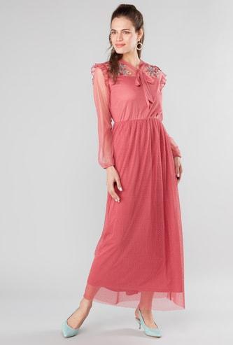 فستان طويل شبكي بأكمام طويلة وتطريزات أزهار