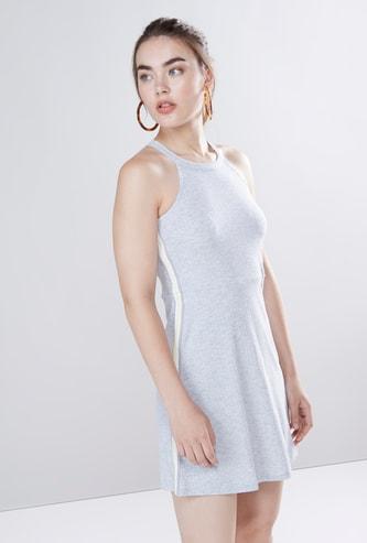 فستان قصير أي-لاين بتفاصيل عقدة وياقة هالتر