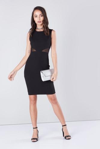 فستان قصير دون أكمام بقصّة ضيّقة وبطانة شبكية