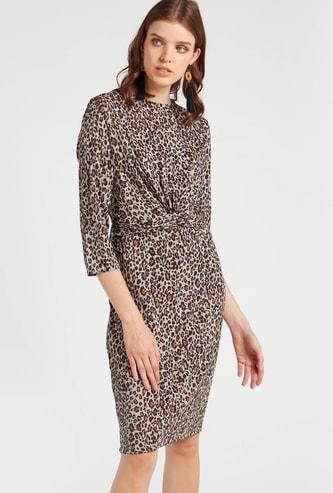 فستان إيه لاين بطول الركبة وتفاصيل عقدة أمامية وطبعات حيوانات