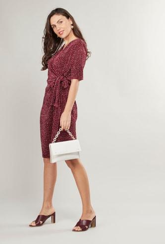 فستان ميدي بياقة على شكل V مزيّن بطبعات