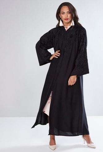 عباية مطرزة بأكمام واسعة وحزام رباط