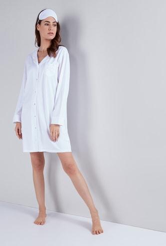 قميص نوم مقلّم بياقة عاديّة مع قناع للعين