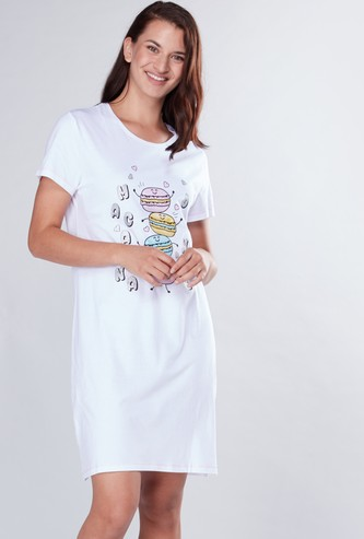 قميص نوم بياقة مستديرة وطبعات