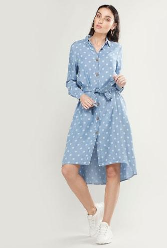 فستان قميص بطبعات منقّطة وأكمام طويلة وحواف غير مستوية