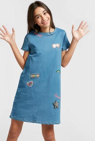 فستان منسوج قصير بياقة مستديرة وأكمام قصيرة وتزيينات